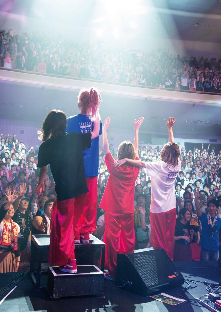 Un Photobook de la tournée HONEY prochainement en vente !
